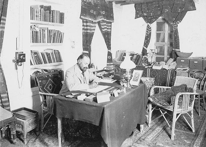Der Ausgräber in seinem Arbeitszimmer auf dem Tell Halaf