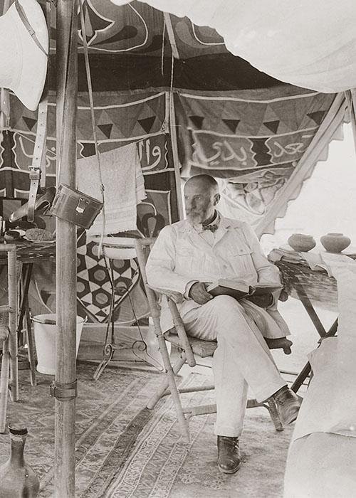 Der Ausgräber in seinem Zelt, Tell Halaf, 1929