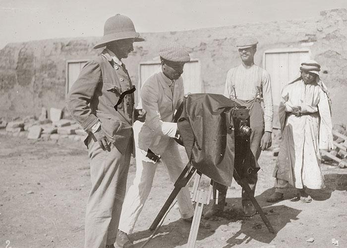 Der Fotograf Robert Paul im Hof des Expeditionshauses, Tell Halaf 1912/1913