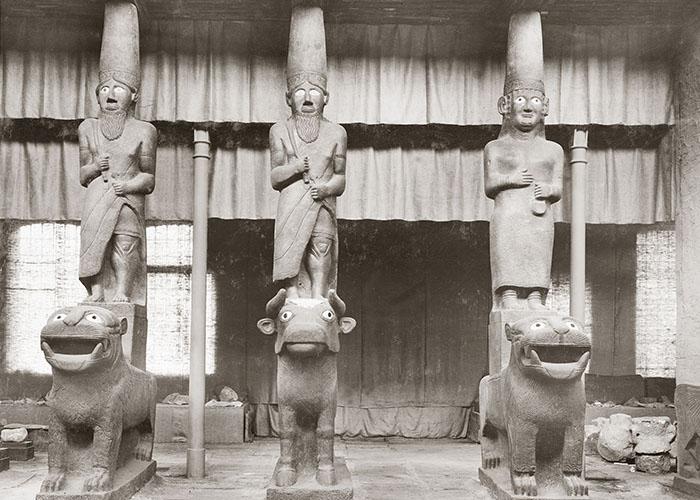 Die Götter der rekonstruierten Eingangsfassade